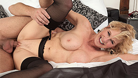 Molly Maracas - XXX MILF video screenshot #2
