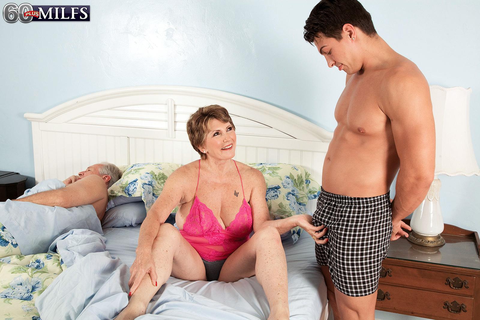 Фото зрелая пристает, Порно фото зрелые тёти в трахе с племянником 2 фотография
