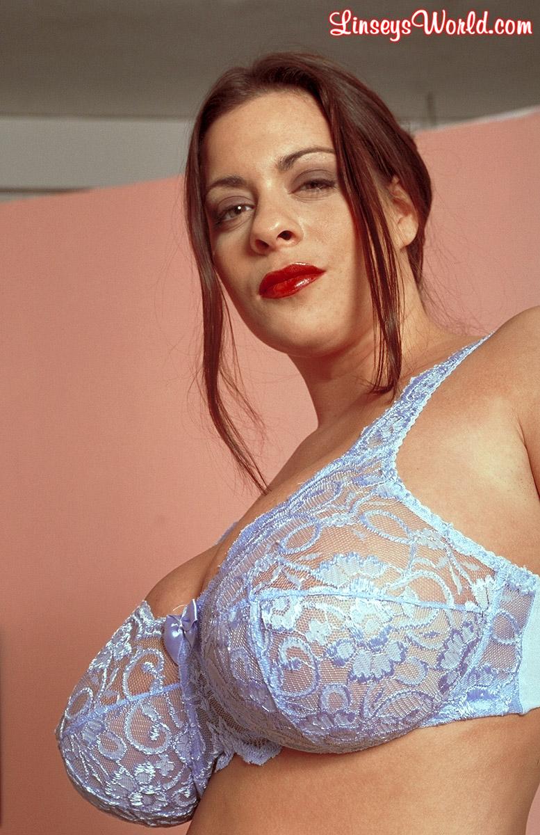 Фото женщины снимает лифчик большие сиськи