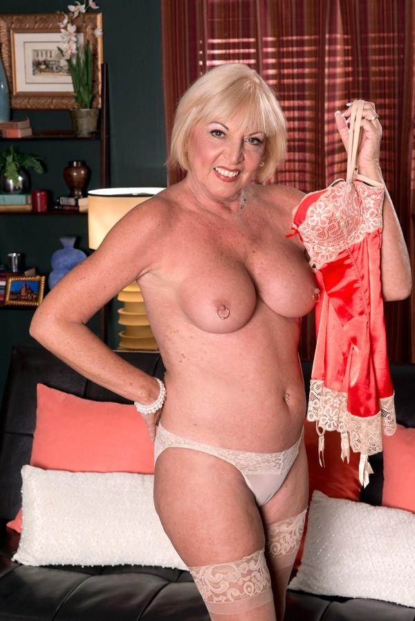 Scarlet Andrews -  MILF model