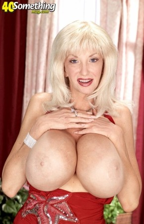 Dee Dee Deluxx - Solo Big Tits photos