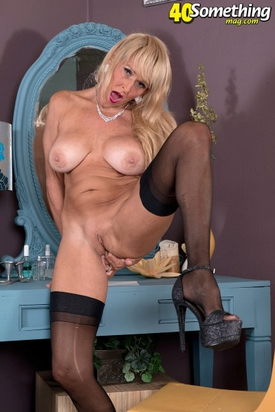 Brittney Snow - Solo MILF photos