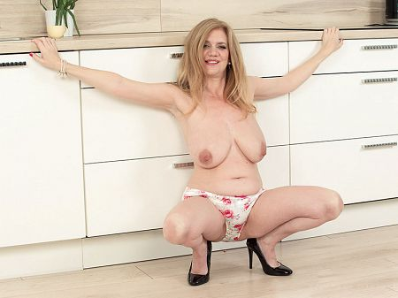 Cilla - Solo MILF video