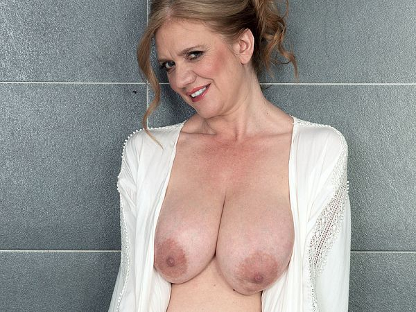 Naturally busty Cilla gets ready for her date