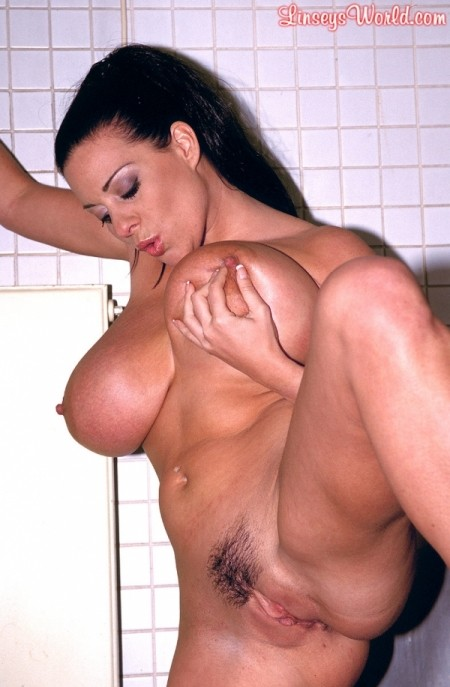 Linsey In The Loo