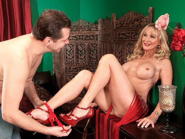 A creampie for the belly dancer