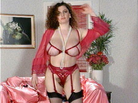 Breast-bouncing Dancer Struts Her Stuff