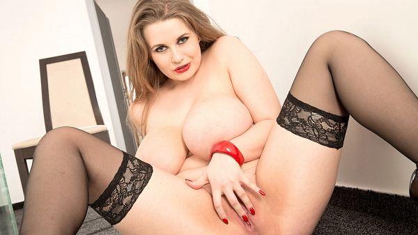 Lovely Larissa Linn