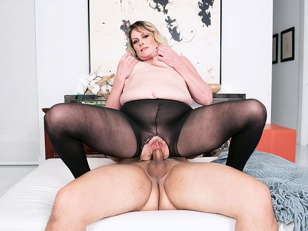 Fuck the MILF through her pantyhose!