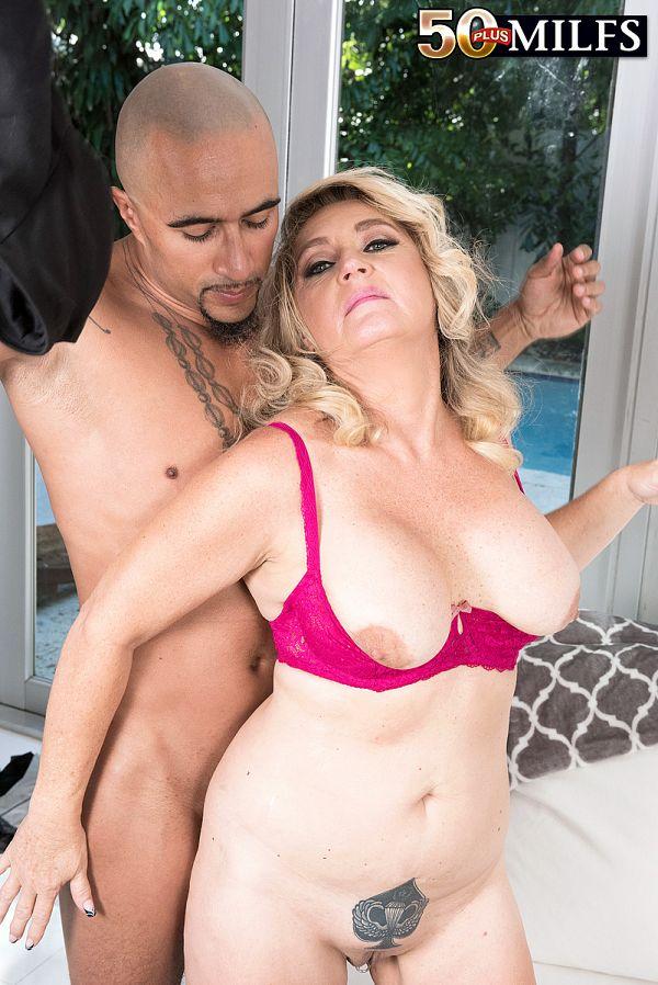 A big, black cock for DayLynn's ass
